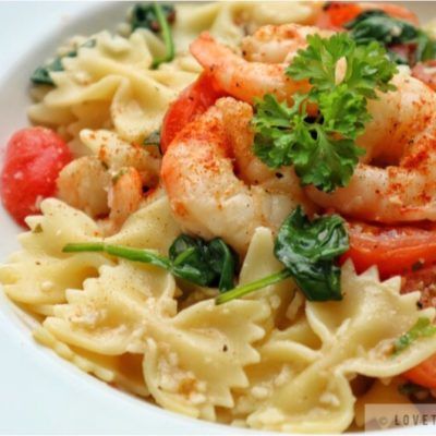 farfalle, with, shrimps, pasta, italian, recipe, easy, spinach, tomatoes, parmesan, cheese, parsley, close-up