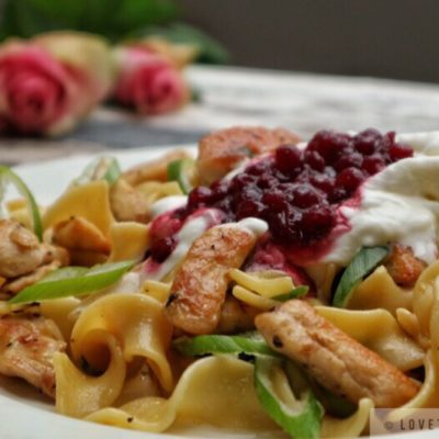 chicken, pasta, with, cream, cranberry, sauce, whipped, recipe, egg noodles, tasty, flowers, roses, napkin, delicious, easy