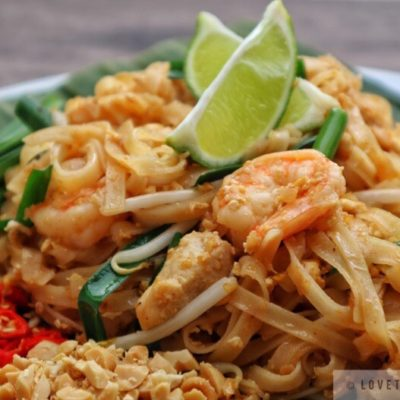 pad thai, Thailand, recipe, classic, authentic, street food, food, lime wedges, shrimps, chicken, rice noodle, stir fry, chili, peanut, garlic, chives, close-up